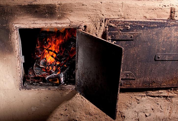 Oheň ve starých kamnech