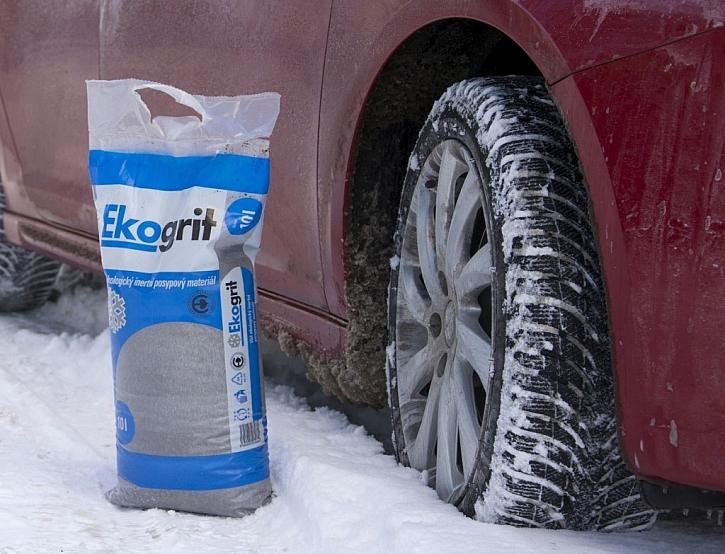 Účinná pomoc na prokluzující kola a ledovku, zimní posyp Ekogrit