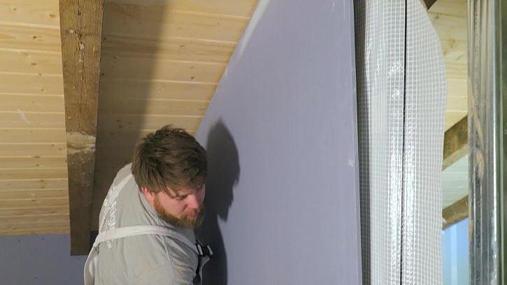 Na stavbě pokračují práce na konstrukcích sádrokartonu v koupelně v podkroví