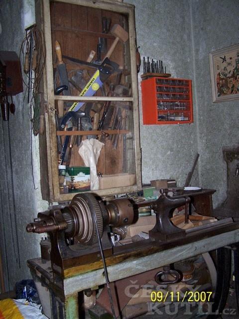 Pokus o úklid dílny výrobce hudebních nástrojů