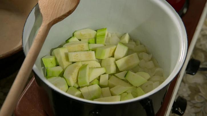 Nakrájená cuketa v hrnci