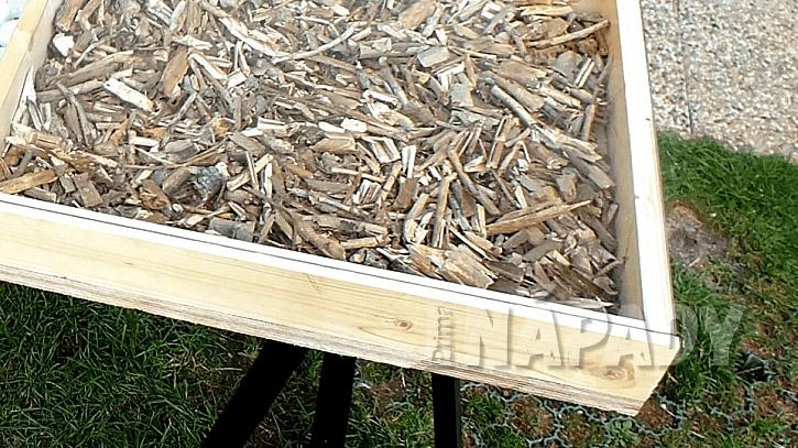 Dekorativní stůl: sklo neuzavíráme, aby bylo možné přírodniny vyměnit