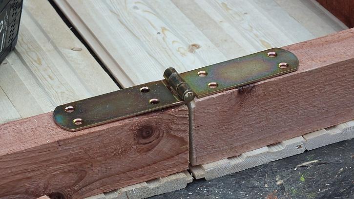 Jak vyrobit přístřešek na dřevo: oba žebříky k sobě spojíme velkými panty