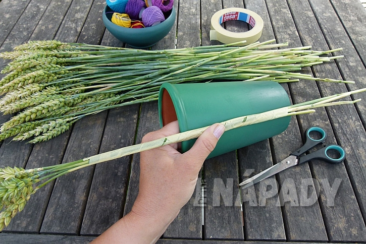 Jak vytvořit jednoduchou dekoraci z klásků: Dodejte barvy obilí! 5