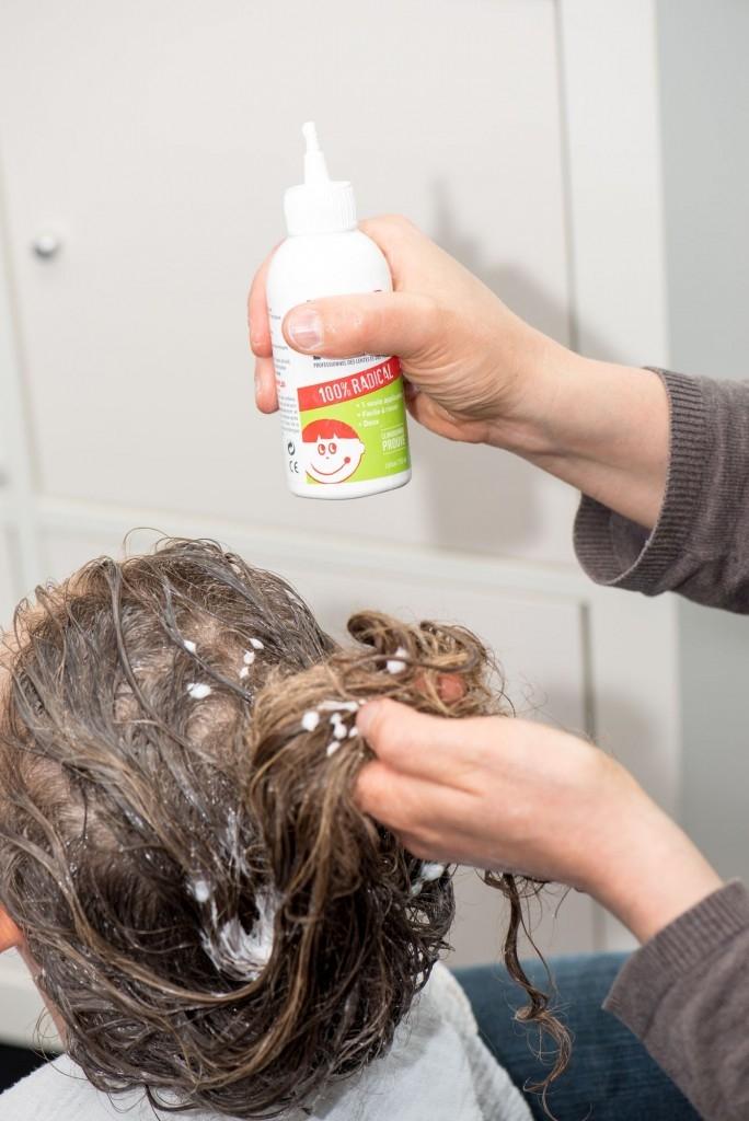 Vlasy ošetříme speciálním přípravkem na vši a necháme působit