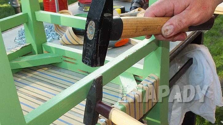 Křesílko ze staré židle: vadí-li v přitloukání příčka, pomůžeme si druhým kladívkem