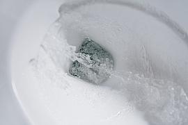 Záchod s podomítkovým splachovačem protéká. Jak jej opravit?