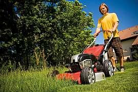 Když trávník roste před očima, bez pořádných strojů se neobejdeme