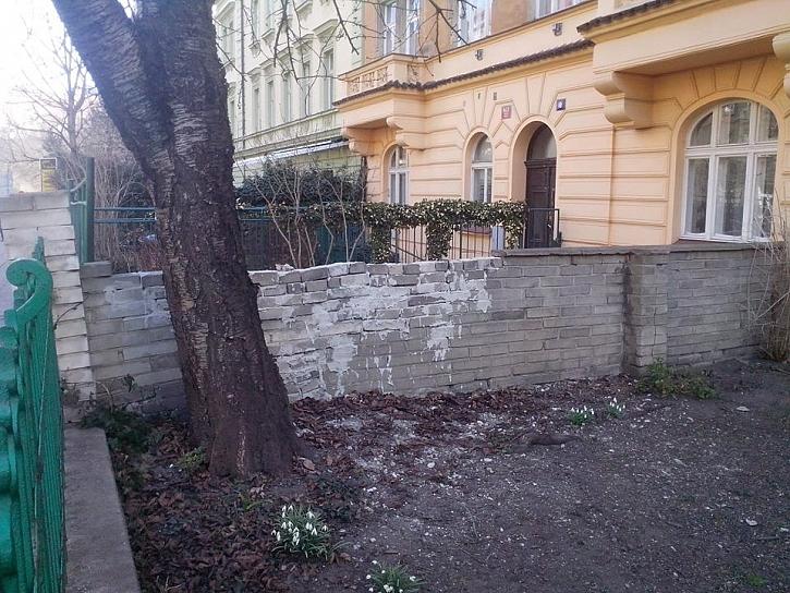 Zeď anebo past?