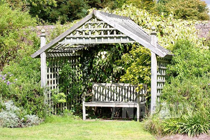 Dřevěný altán na zahradě