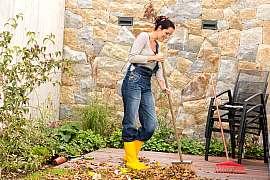 Velký úklid zahrady je na podzim nezbytný