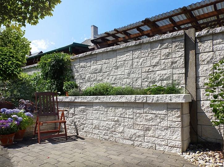 Zeď lze osázet bylinkami, okrasnou zelení či dokonce zeleninou