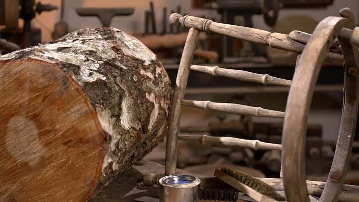 Špalek a dřevěná židle