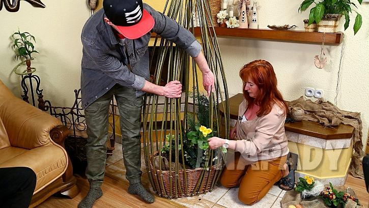 DIY: Dekorativní klec na květiny z vrbového proutí: koš vysteleme jutou a vyzdobíme květinami