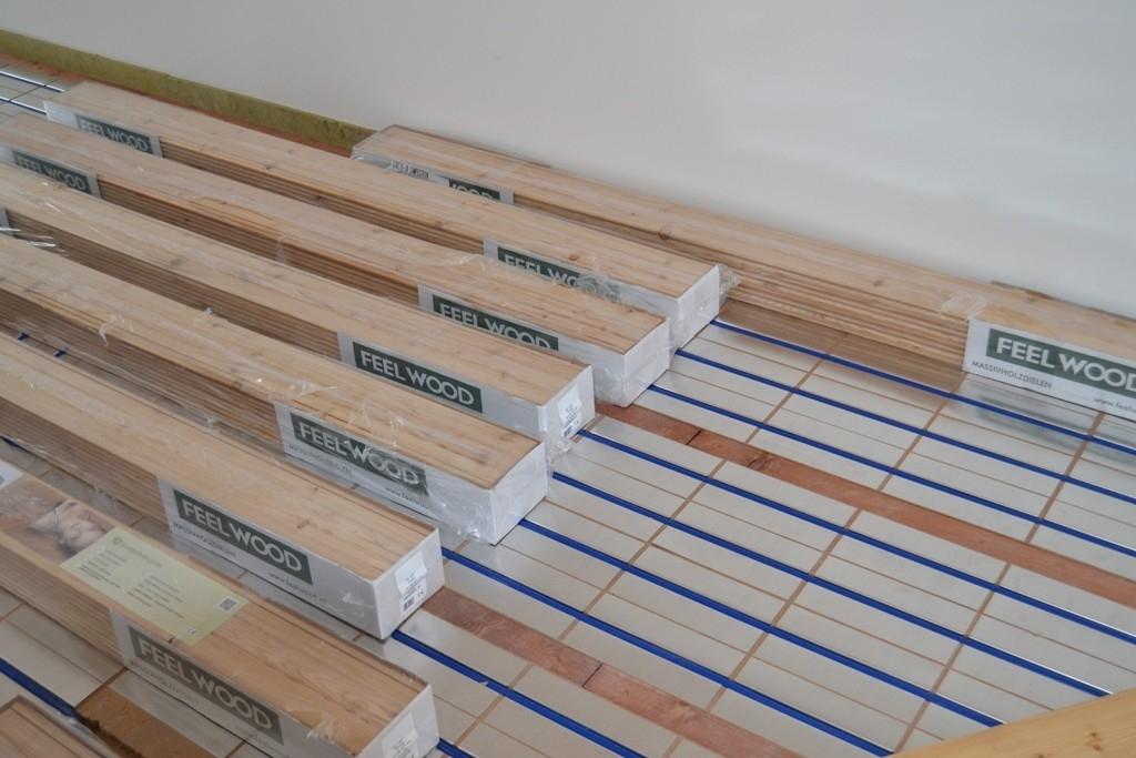 Pokládka masivní dřevěné podlahy na podlahové topení