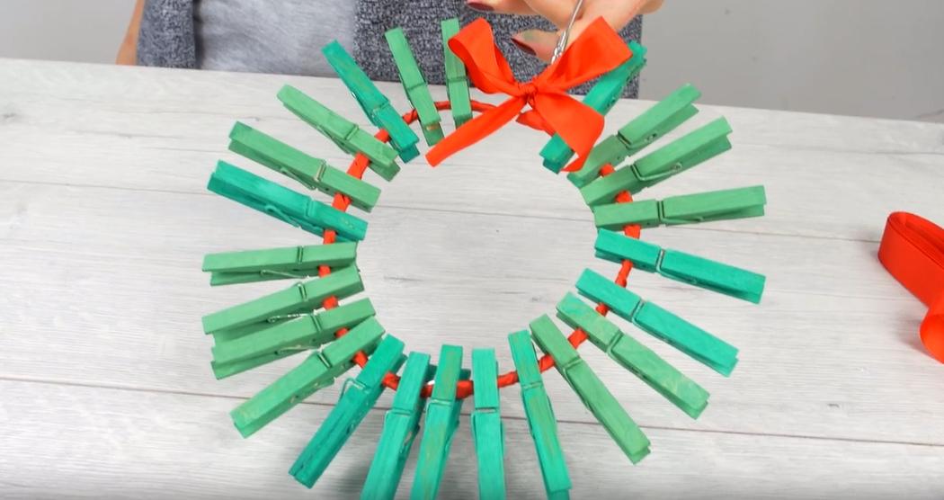 Vánoční věnec z kolíčků na prádlo: Bezva dekorace na dveře