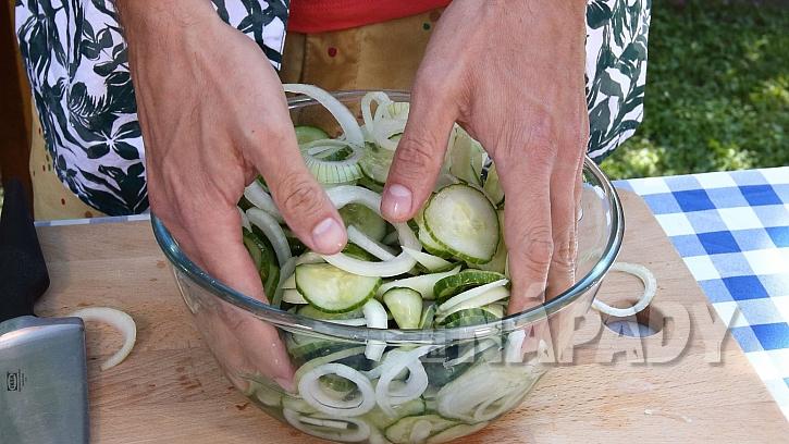 Recept na americké okurky: okurky a cibuli promícháme se solí