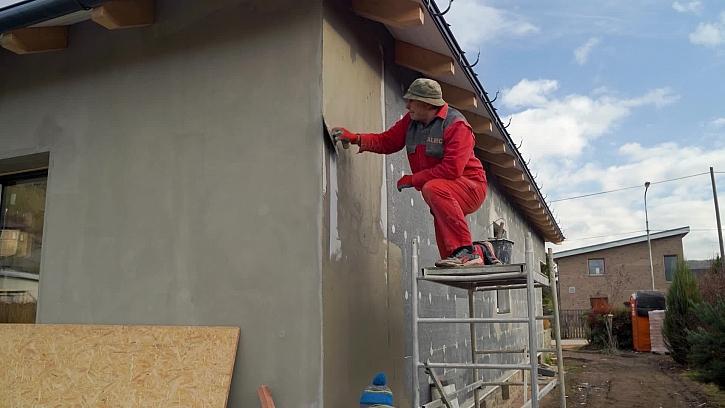 Pokračují práce na fasádě - nanášení lepidla a perlinka na fasádu