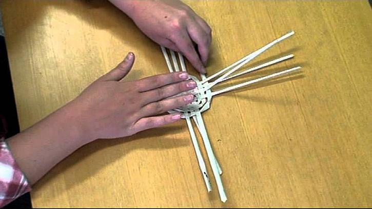 Pletení košíku z papíru