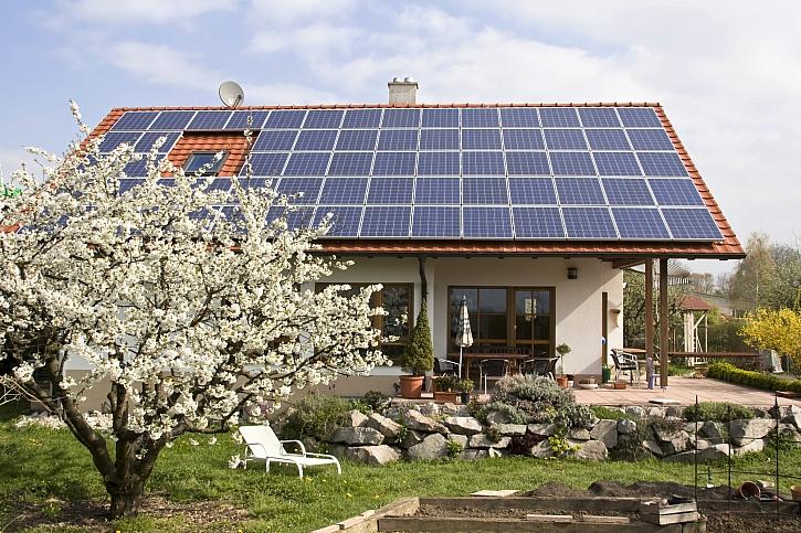 Dům s panely fotovoltaiky na střeše