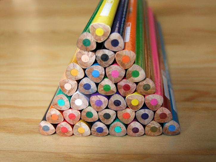 Pomůcky značky Kores nejen pro školáky – pastelky, kouzelné lepidlo a nůžky