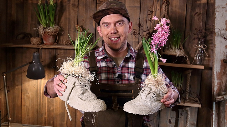 Betonové boty: do hotového květináče vložíme hrnkovou květinu