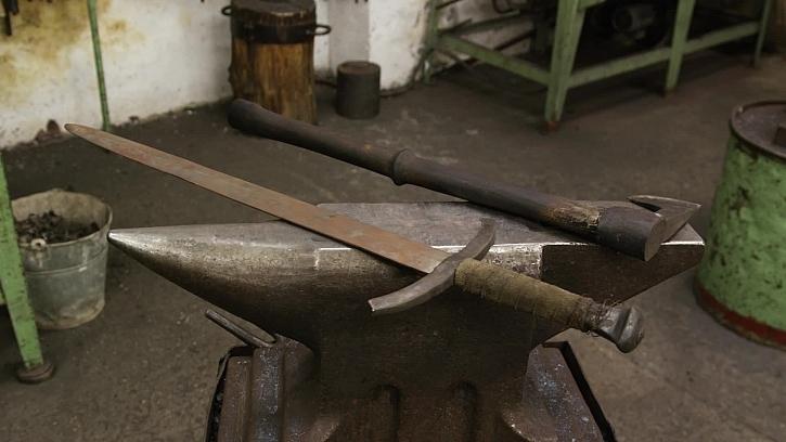 Meč a sekera na kovadlině.