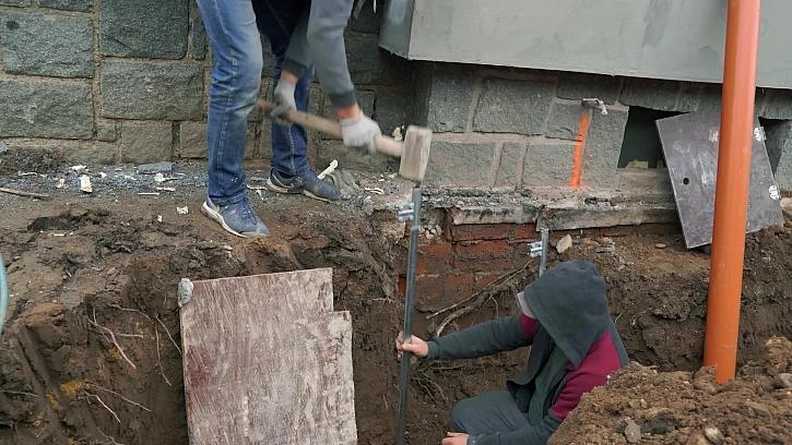 Výkopy na svody dešťové vody jsou hotové. Proběhne pokládka svodů.