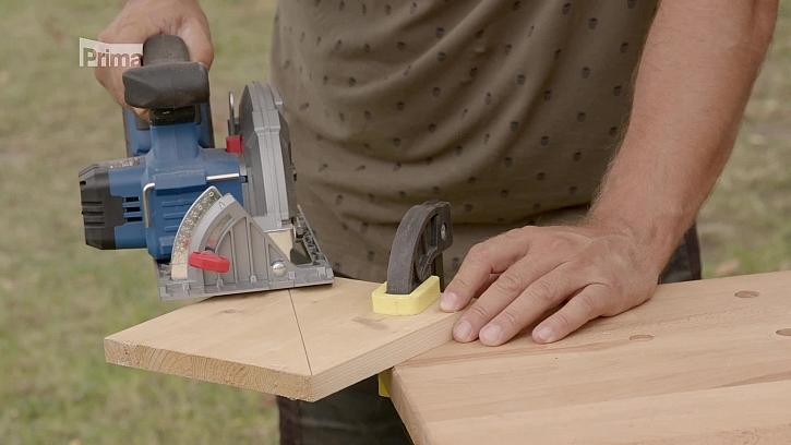 Řezání dřevěné desky