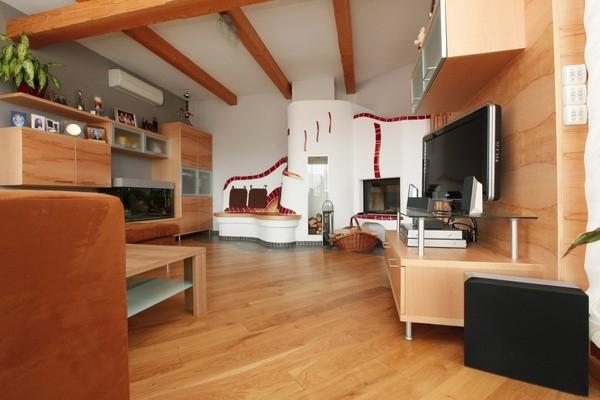 Obývací pokoj, kuchyně i jídelna jako stvořené pro masivní dubovou podlahu