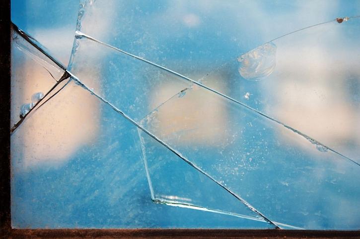 Na narušenou statiku domu můžou ukázat i špatně se dovírající okna a dveře, v horším případě mohou skleněné výplně praskat