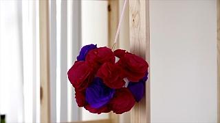 Závěsná ozdoba z růží: Valentýnská výzdoba z krepového papíru