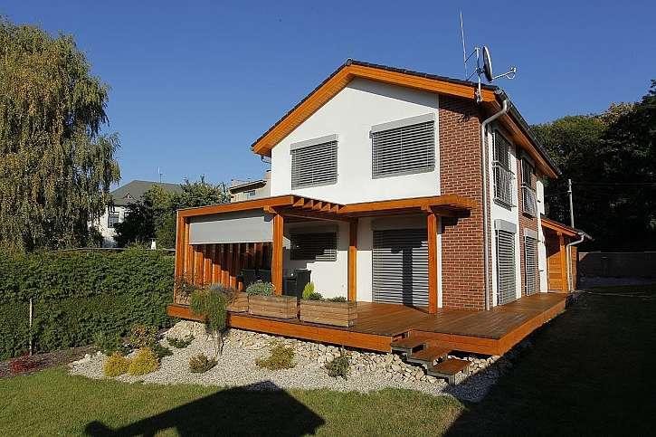Zastíněná pergola sluší každému domu (Zdroj: Labona)