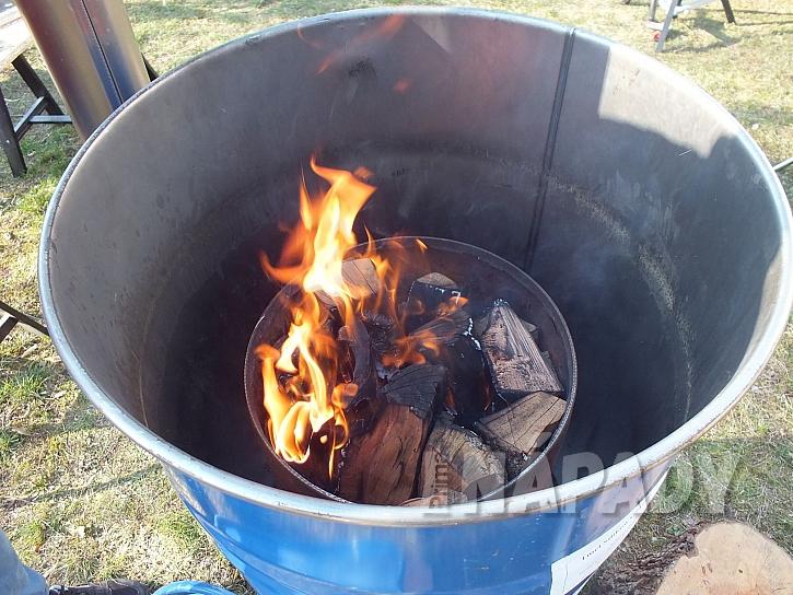Zapálené dřevo v milíři