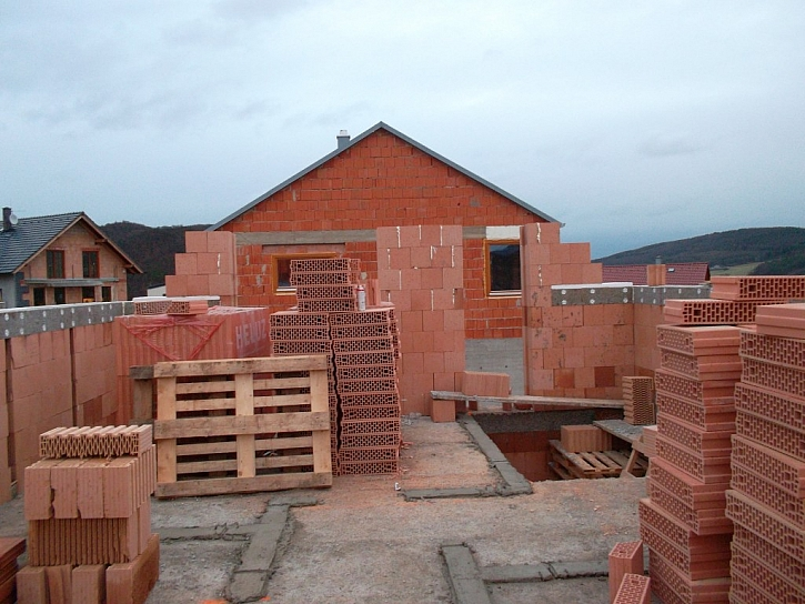 Podle slov investora se při výstavbě domu neobjevily nějaké materiálové potíže. Potvrzuje to i rychlost zdění při dokončení hrubé stavby, ale i termín předání domu k nastěhování, který byl v srpnu 2012.
