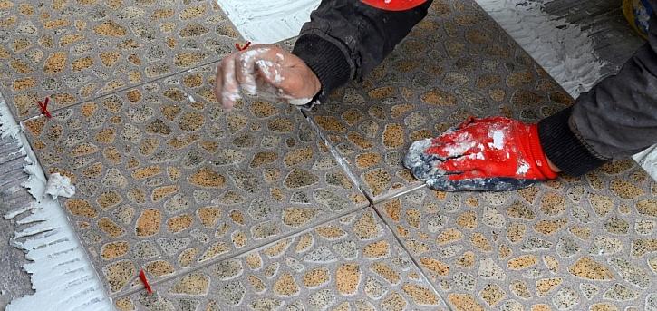 Spárování podlahy je nutno provést vhodnou spárovací hmotou