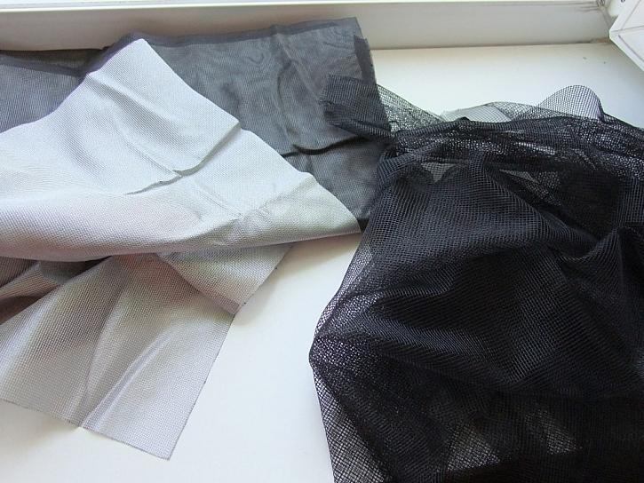 Ochranná hliníková vrstva na zadní straně sítě chrání před UV zářením