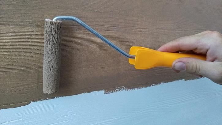 Na strukturu omítky imitující dřevěný povrch se nanáší vrchní lazurovací nátěr DECOR LAZUR