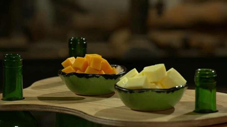 Láďa vyrobí krásné stolečky z lahví od vína