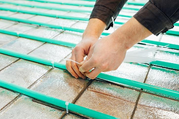 Podlahové topení se upevní svorkami nebo upevňovacími lištami