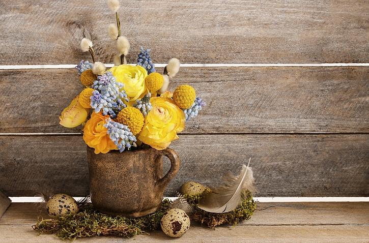 Květinová vazba z pryskyřníku a modřence (Zdroj: Depositphotos)