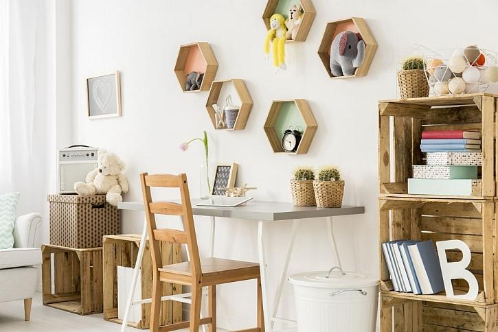 Nejrůznější poličky na zdi a boxy zvětší prostor pro ukládání