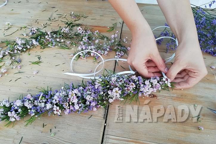 Květinový věneček do vlasů: přivažte stužky