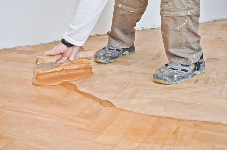 Tmelení se provádí po celé ploše hliníkovou stěrkou