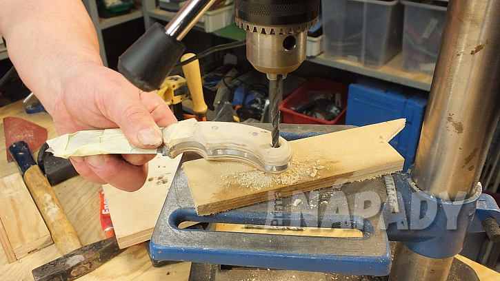 Výroba nože: do rukojeti provrtáme otvor pro poutko