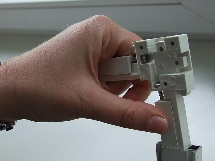 Instalaci sítí v hliníkovém rámu tesa zvládne každý