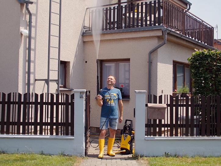 Minutový manžel se chystá čistit venkovní dlažbu Wapkou.