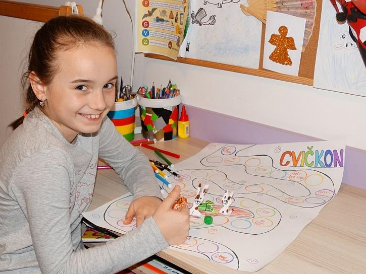 Při hraní vlastnoručně vyrobené stolní hry Cvičkon se zabaví celá rodina (Zdroj: Andrea Drobílková)
