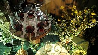 Vychytaný stojan na skleničky s vínem