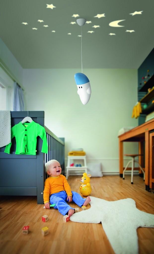 Závěsný lustr se stínidlem z odolného plastu ve tvaru veselého bubáčka nebo skřítka vykouzlí úsměv na dětské tváři